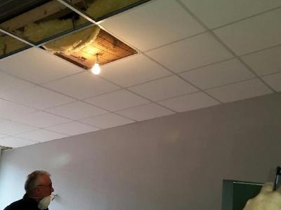 Pose de la laine de verre du faux-plafond.